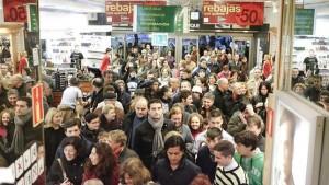 Gente esperando a la puerta de un centro comercial